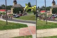 Záchranářský vrtulník sfouknul cyklisty při závodě: Chyba pořadatelů, vykřikují lidé. Jiní nadávají na pilota