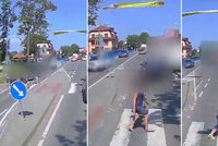 Šílené video z Rožnova: Matka s kočárkem vběhla do cesty hasičům