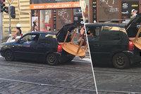 """Bizár na Letné: """"Pat a Mat"""" převáželi příliš velký stůl příliš malým autem. Jeden seděl v kufru a jistil ho nohou"""
