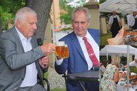 Klaus je prý rozhozený a Zeman příliš hubený. Prezidenti u piva řešili zdraví i škvarky