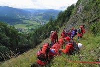 V Krkonoších se ze skály zřítil horolezec: Utrpěl vážná zranění
