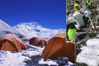 Hory odpadků a tuny lidských exkrementů: Po horolezcích na Everestu zůstává obří nepořádek