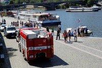 Tragédie v centru Prahy: Cizinec (†20) skočil v noci z lodi do Vltavy, našli ho mrtvého