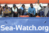 """""""Už toho bylo dost"""". Loď s migranty i přes zákaz pluje k italským břehům"""