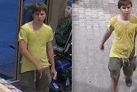 Útok lupiče na autobusové zastávce v Praze: Svou oběť chytil pod krkem, po muži chtěl peněženku