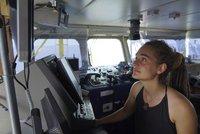 Kapitánka lodi s migranty se skrývá. Do Evropy chce přivézt půl milionu Libyjců
