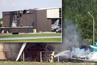 Letadlo plné lidí narazilo do střechy hangáru: Neštěstí nepřežil nikdo na palubě