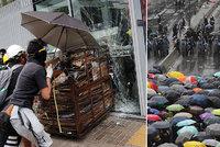 Demonstranti chtěli vtrhnout do parlamentu. Policie je rozháněla slzným plynem v Hongkongu