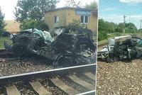 Vlak rozmetal na přejezdu osobák: Ve voze zahynuli dva lidé!