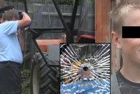 V kabině traktoru na Semilsku seděl malý chlapec: Čelní sklo roztříštily dvě střely!