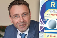"""Zdražit dálniční známku na 2000 korun poslanci odmítli. """"Nefér vůči řidičům,"""" říkal ministr"""