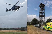 Z rozhledny Skalka spadl muž: K zemi letěl 8 metrů