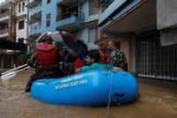 Přes 70 mrtvých a miliony lidí na útěku. Nepál devastují povodně a sesuvy půdy