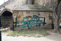 Cizinci počmárali Karlův most: Metodu odstranění určí památkáři, nápis tam nesmí zůstat dlouho