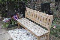 Krádež na hřbitově: Z hrobu válečného veterána Schamse zmizela památná lavička