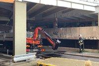 Nehoda na Lehovci: Náklaďák s hydraulickým ramenem se nevešel do podjezdu