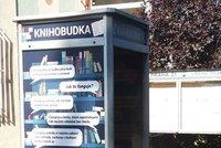 Papír místo elektroniky: V Újezdu nad Lesy vyměnili telefon za knihobudku