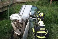 Řidiče zradila prudká zatáčka přes potok: S autem se zapíchl do jeho vyschlého koryta