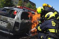 Na Barrandově hořelo jedoucí auto. Zastavilo a požár zachvátil další dvě