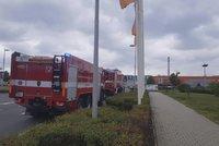 Požár obchodního centra ve Štěrboholích: Hasiči do práce povolali speciální zařízení