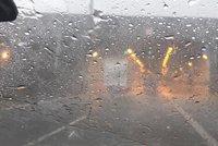 Bouřka v Praze komplikuje dopravu: Uzavřené tunely, zaplavené tramvajové tratě a popadané stromy