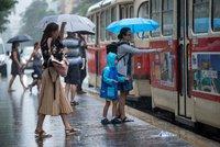 Bouřky bičují Česko, pršet bude i v neděli. Sledujte radar