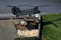 Strach o protržení hráze v Anglii roste. Bariéru z pytlů prověří lijáky