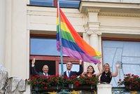 Na pražském magistrátu opět zavlála duhová vlajka. Začíná festival Prague Pride