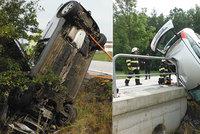 Řidič na Hradecku vzpříčil auto o zábradlí mostu: Když přijeli hasiči, už v něm nebyl