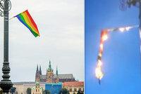 Zapálil duhovou vlajku a střílel na lidi z Prague Pride rachejtle, viní muže obžaloba. U soudu se vymlouval