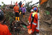 Bahno zaživa pohřbilo nejméně 22 lidí v Barmě. Tajfun vyhnal v Číně přes milion lidí