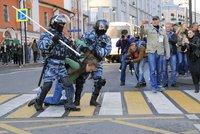 Těžkooděnci zasáhli proti demonstrantům: Desítky zatčených při protestech v Moskvě