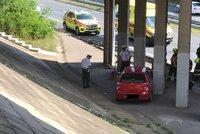 Hrozivá nehoda na Spořilově! Auto po nárazu sjelo ze stráně do silnice, pro zraněného letěl vrtulník