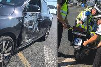 Policejní motorku položil na bok! Muž zákona vrazil na Proseku do auta, zraněný skončil v nemocnici