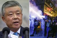 Použijeme sílu, pohrozil čínský velvyslanec Hong Kongu. Už se tam chystají polovojenské jednotky
