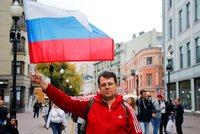 Rusko má svou vlajku 350 let. Oslavuje koncertem a zatýkáním