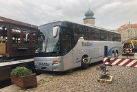Bizarní nehoda: U Mánesa málem sjel autobus do Vltavy: Vyprostil ho obří jeřáb