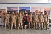 Ivana Zemanová s 19 tvrdými chlapy: První dáma přivítala vojáky po afghánské misi