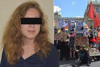 Zapalte policii, hlásal transparent: Aktivistka dostala podmínku, odvolávat se budu furt