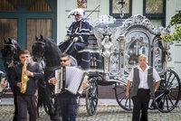 Luxusní pohřební kočár, černé dvojspřeží, stovky truchlících: Ostrava se loučila s romským bossem Gažíkem (†73)