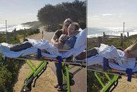 Dojemné foto: Táta čtyř dětí se díky záchranářům před smrtí podíval na milovaný oceán