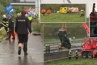 Zachránci popsali drama na D6: BMW utopené v retenční nádrži vzpírali i s oběťmi