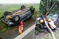 Řidiči v dešti měnili auta na šrot: Hasiči museli z vraků vystříhat 3 lidi