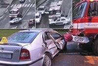 Senior vjel přímo pod kola hasičům: Kolos ho vláčel desítky metrů!