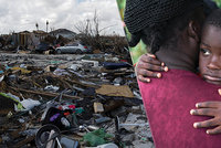 """""""Pomozte nám, prosím."""" Na Bahamách nemají po řádění hurikánu ani vodu, obětí je přes 50"""