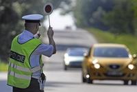Inspekce obvinila dva pražské policisty z vydírání řidičů a braní úplatků: Hrozí jim až 10 let vězení