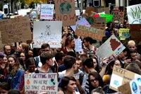 """""""Máme jen jednu planetu"""". Statisíce mladých žádají v ulicích Evropy lepší ochranu klimatu"""