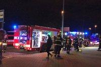 Zásah hasičů ve Strašnicích: V obchodním domě hořelo v novinovém stánku, jedna osoba skončila v nemocnici