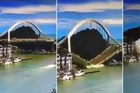 Železobetonový most se zřítil, když přes něj jel náklaďák. Šofér unikal marně