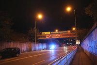 Příšerné neštěstí: Dívka (17) v Radlické spadla z teplovodu na silnici rovnou mezi auta